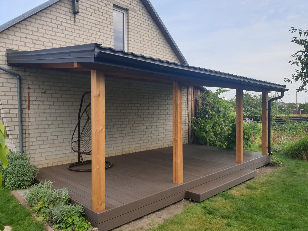 Impregnuotos medienos stogines karkasas, kompozitines teraslentes ir metalo skardos dengtas stogas su metalo lietvamzdziais.
