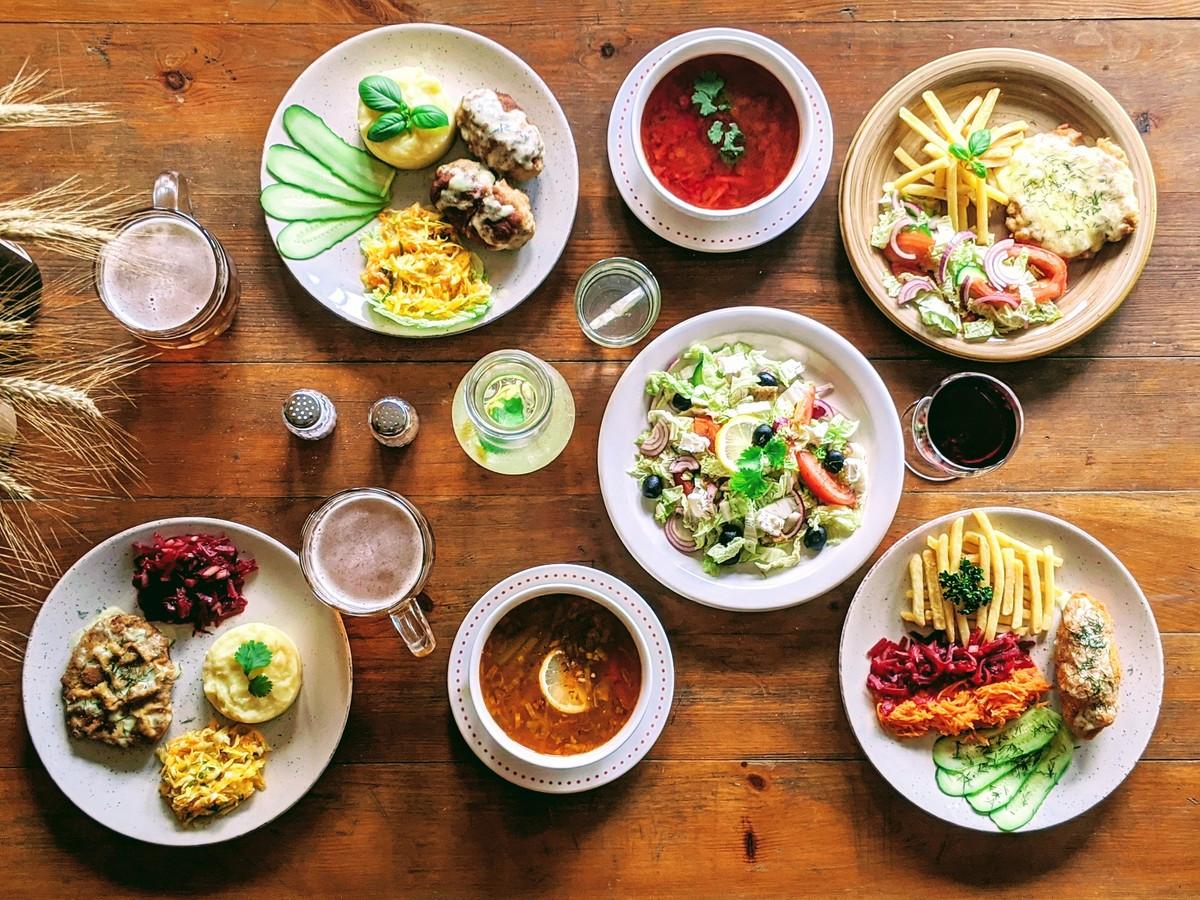 Čia visuoet galite užsukti ir  skaniai papietauti. Dienos pietų komplektas nuo 3 Eur.