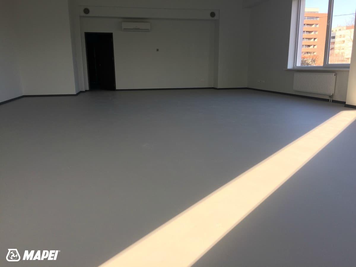 Įrengta MAPEFLOOR SL savaime išsilyginanti epoksidinė grindų danga visuomeninėse patalpose Vilniuje. Matinis paviršius.  http://www.mapei.com/public/NO/products/6732-mapefloorsl-lt.pdf