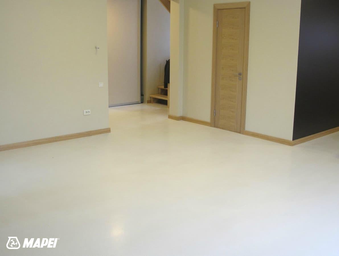 "Įrengta ULTRATOP cementinė savaime išsilyginanti grindų danga. ""Natural"" efektas, balta spalva.  http://velvemst.lt/uploads/Ultratop_LT.pdf"