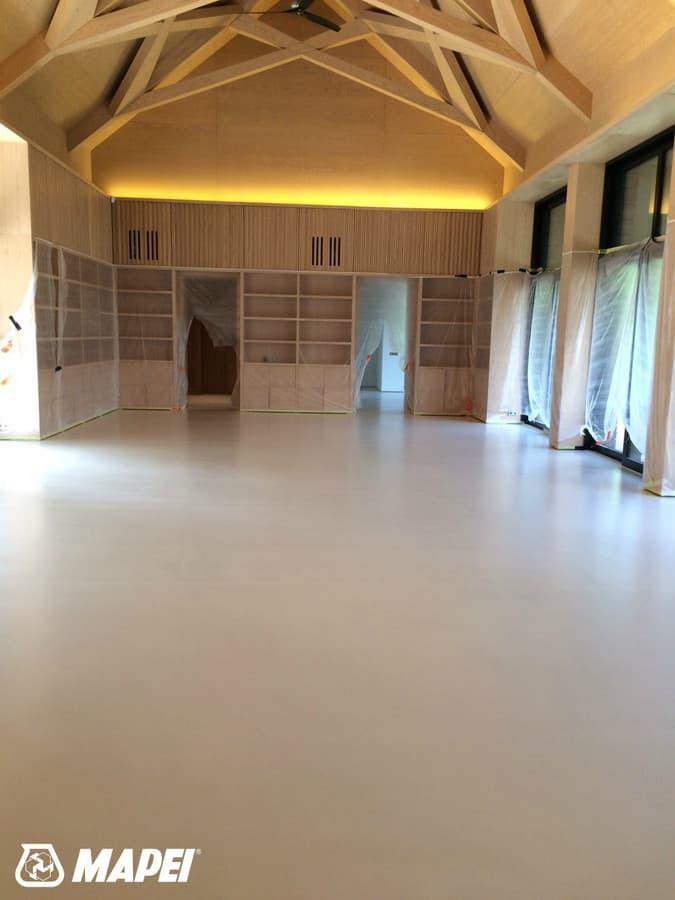 "Įrengta ULTRATOP cementinė savaime išsilyginanti grindų danga. ""Natural"" efektas, balta spalva.  http://velvemst.lt/uploads/517_ultratop_lt_160318.pdf"