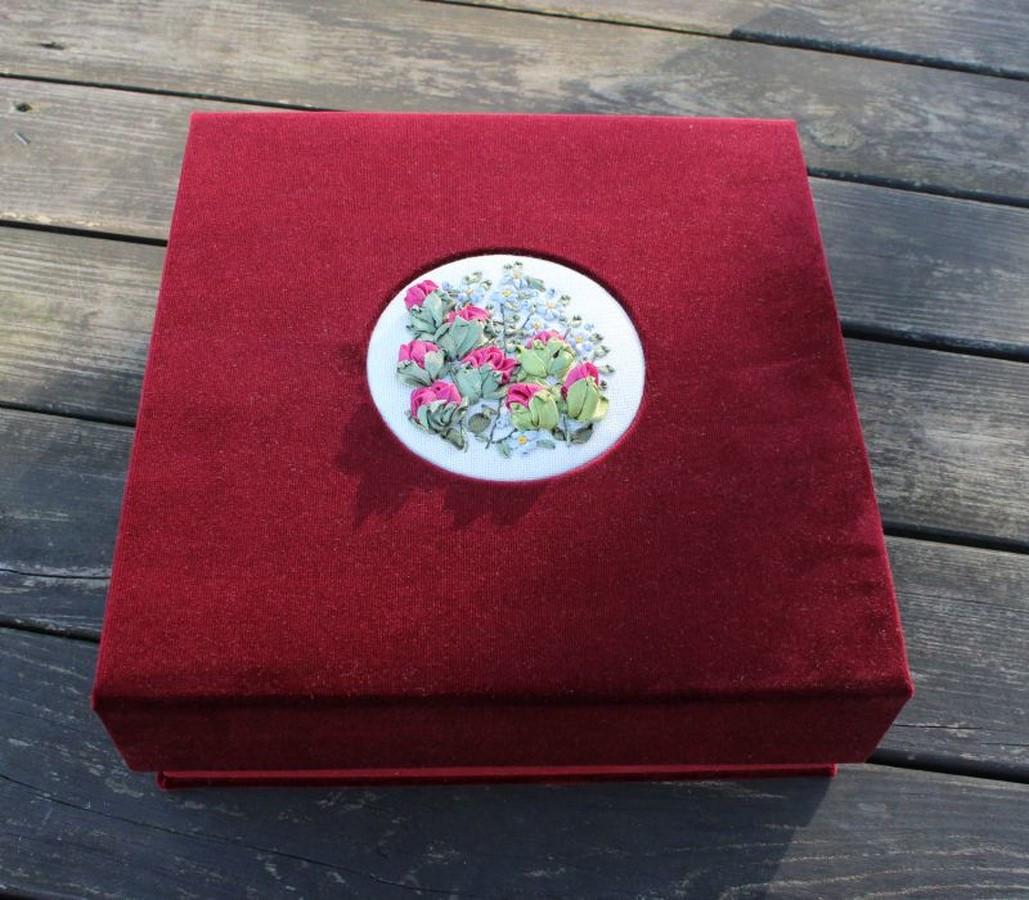 prabangi veliūrinė dėžutė su siuvinėtu motyvu.