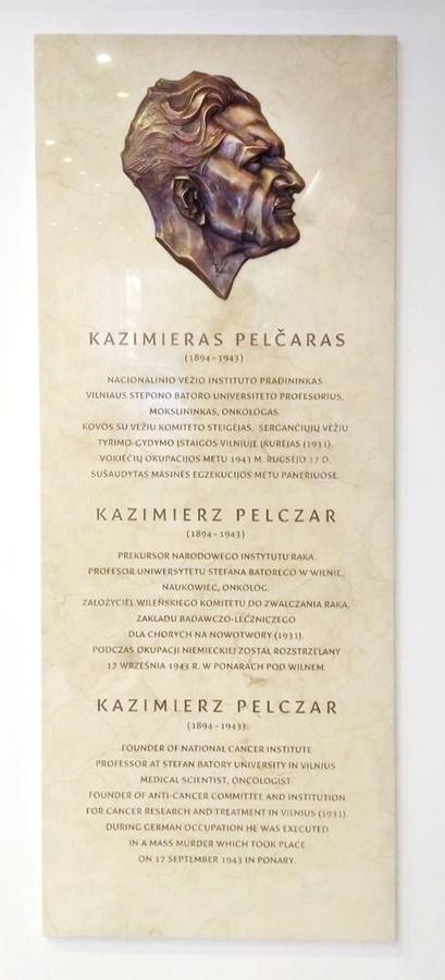Atminimo lenta Nacionaliniame vėžio institute, bronza, marmuras. 60x150 cm.
