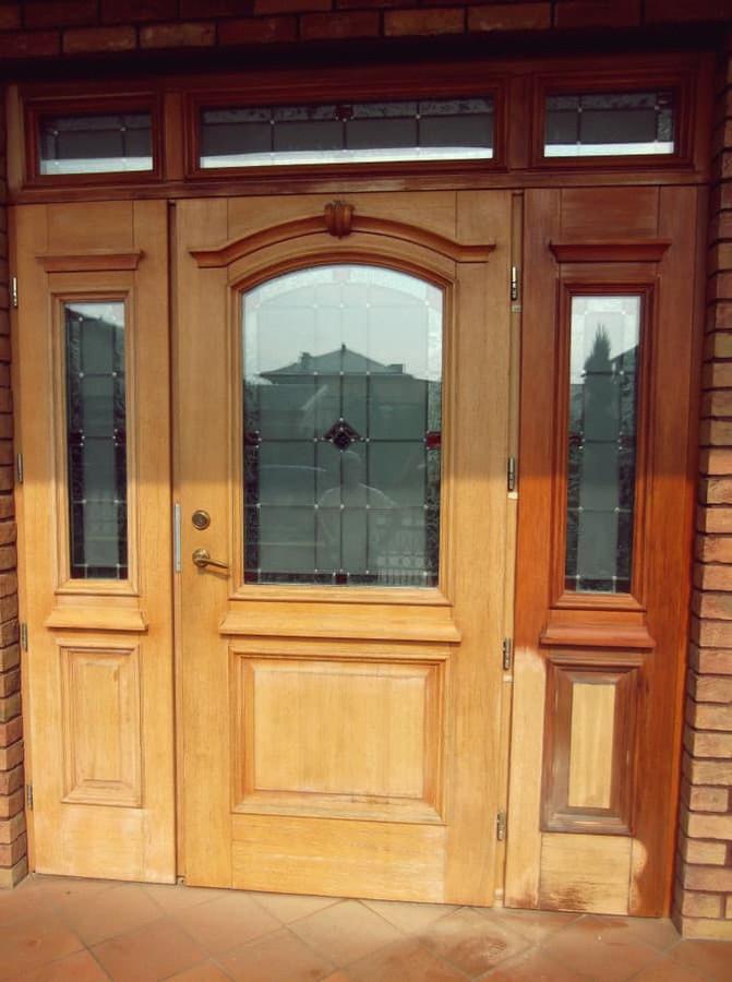 Individualaus namo lauko durys restauravimo proceso metu.