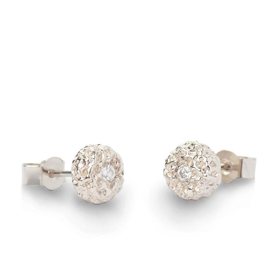Balto aukso auskarai ,,Lava'' su deimantukais. Dengti baltu rodžiu. Praba 750