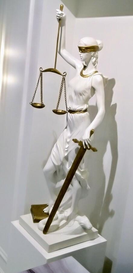 Temidės skulptūra advokatės kontoros interjete. Aukštis 110 cm, epoksidinė derva.