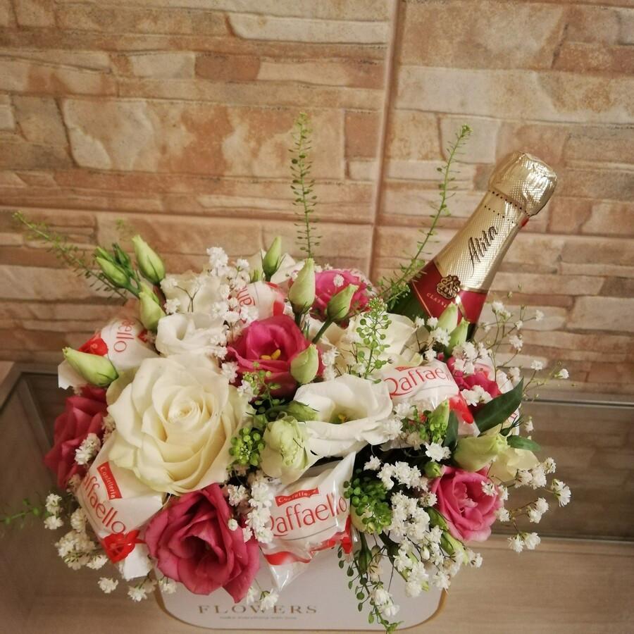 Kompozicija dėžutėje su mini šampaniuku ir rafaelo