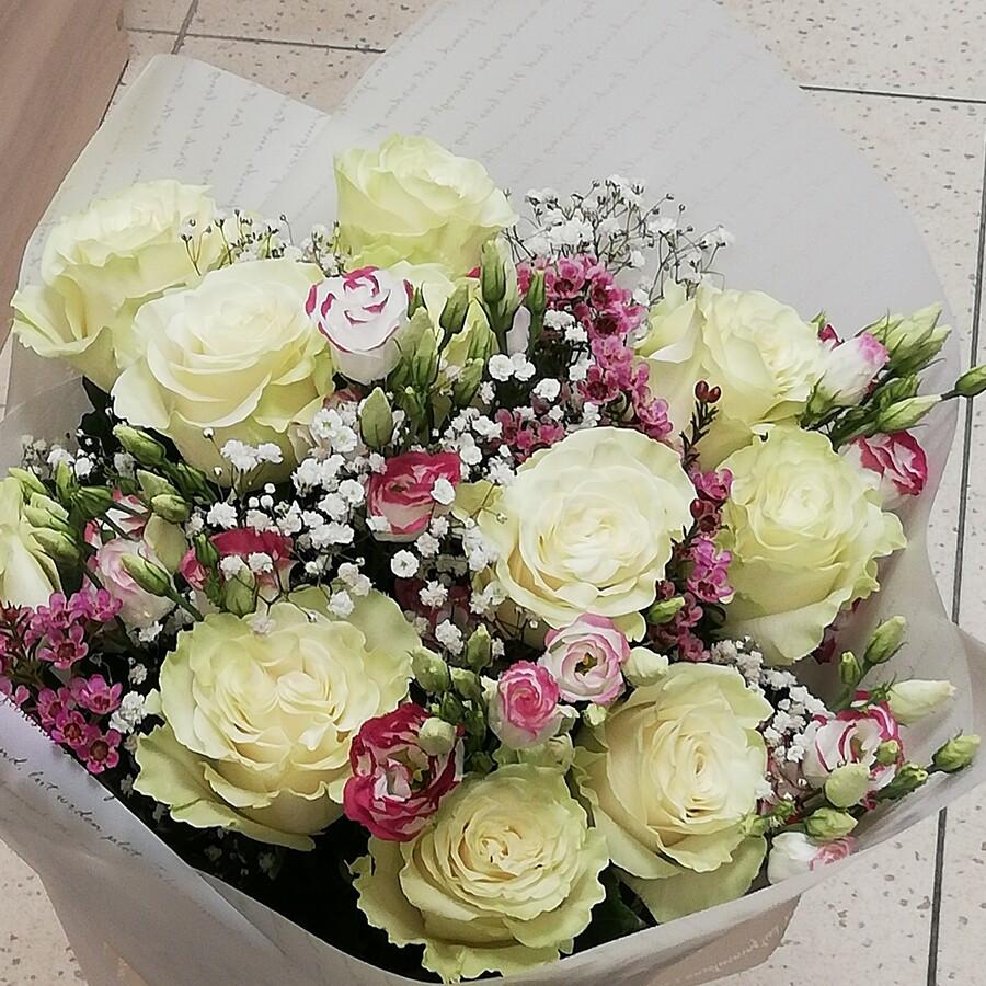 11 baltų rožių, eustomos, gubojos ir waxfloverio derinukas