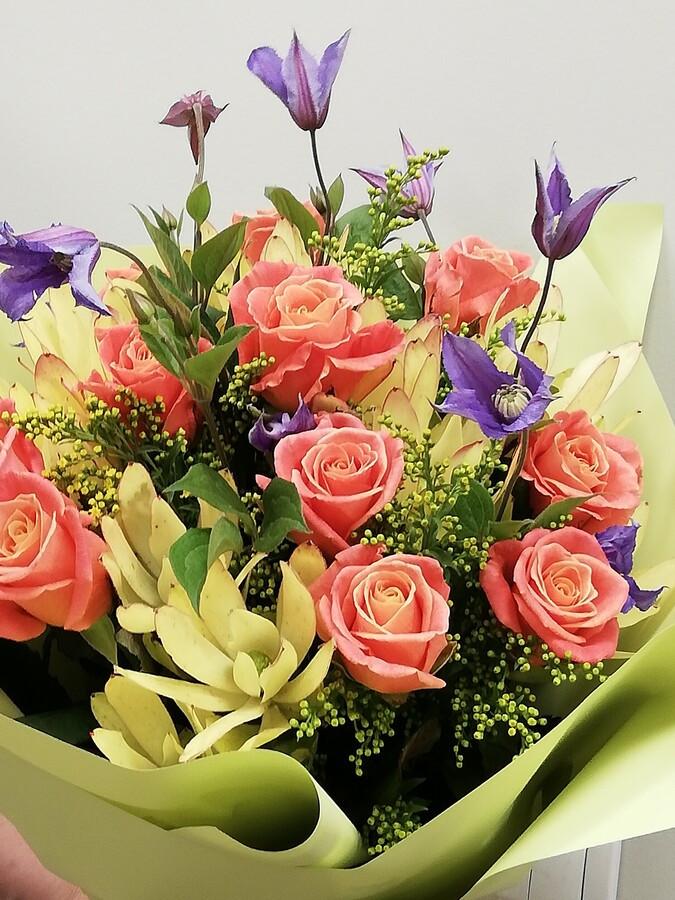 Pavasariška, lengva, šviesių atspalvių ir kvapnių rožių puokštė