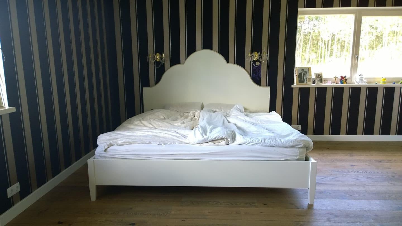 dvigulė lova iš dažyto MDF, kojos iš dažyto medžio.