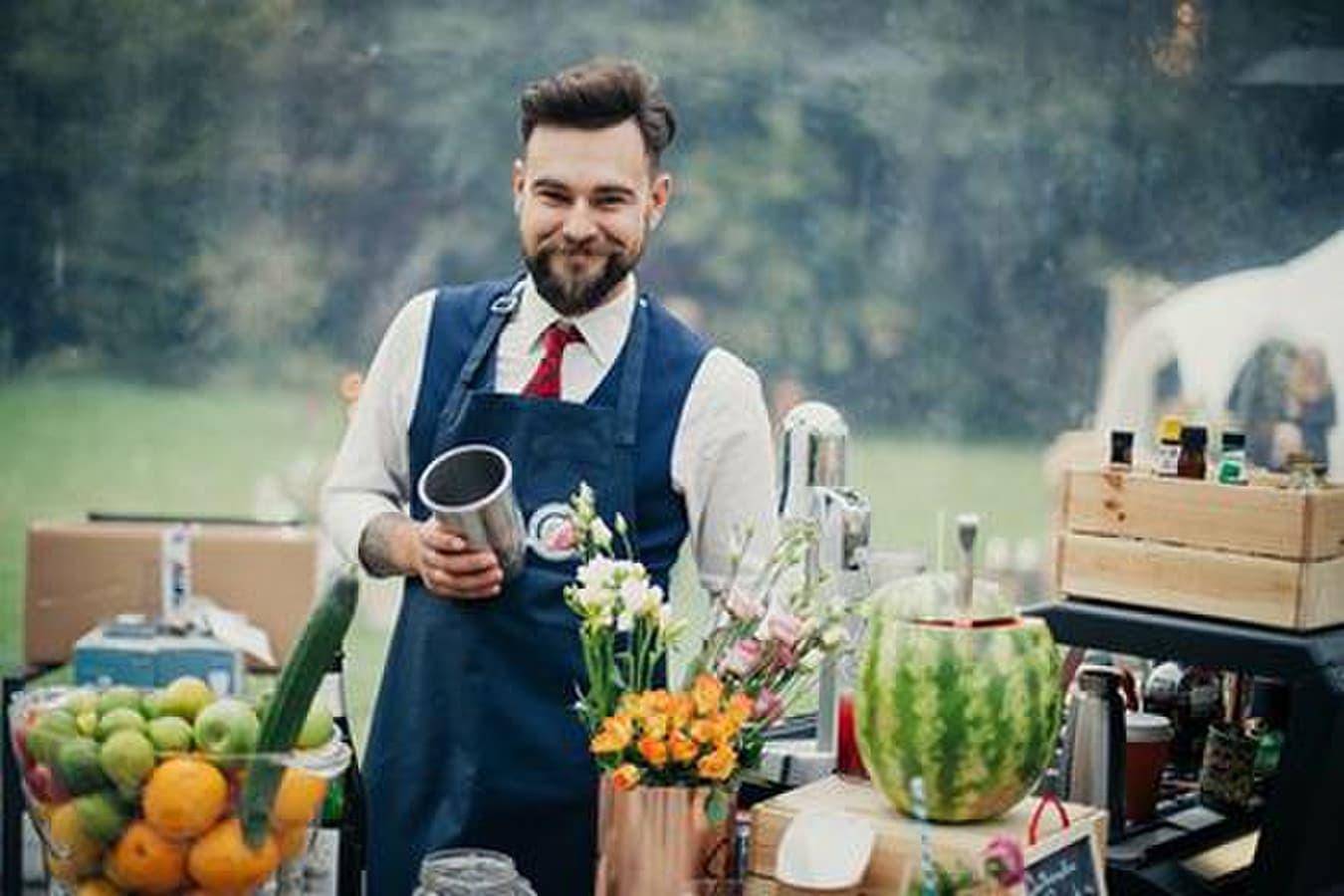 Profesionalai meistrai, ne tik gamina kokteilius, bet ir svečiui trumpai nupasakoja kas iš kur yra kilę, ir kodėl vienas ar kitas kokteilis yra būtent toks.