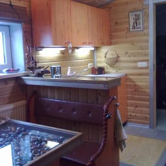 Virtuvė Retro stiliuje (pušies masyvo, dažyta skaidre šermukšnio spalva)