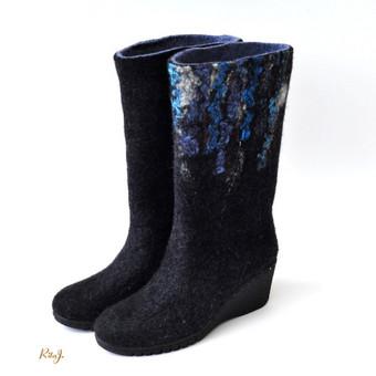 Veltinio batai veliami iš plonos, bet tvirtos merino vilnos. Batai suveliami labai tvirtai, tad jei ir išsitampo tai taip pat kaip ir odiniai batai. Veltinio batuose jūsų kojos kvėpuoja, tad nep ...
