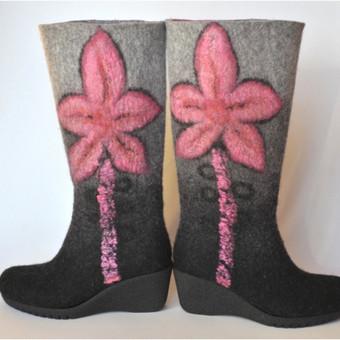 Veltinio batai veliami iš plonos, bet tvirtos merino vilnos. Batai suveliami labai tvirtai, tad jei ir išsitampo tai taip pat kaip ir odiniai batai. Veltinio batuose jūsų kojos kvėpuoja, tad neprakaituoja. Šilti, elegantiški,padas priklijuotas ir prisiūtas. Kulno aukštis ~6cm. Gali būti įvairūs spalviniai ir dekoro variantai.