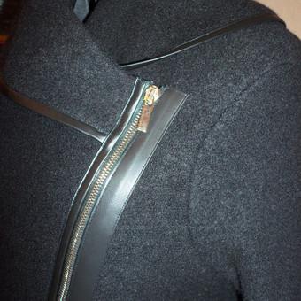 Paltas su odinėmis detalėmis