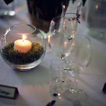 Drugių ir bijūnų tematikos vestuvės (2014.06.07). Manosios stalo kortelės, žvakidės, dekoruotos samanomis. Fotografė - Viktorija Kuhlins