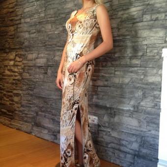 Rudom gėlėm marginta suknelė.Audinys- sintetinis elastinis trikotažas. Dydžiai ; Ugis apie 168 cm. 34 Kr-80, L-62,Kl-86 38 Kr-88, L-70, Kl-94