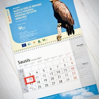 Sieninio kalendoriaus lapelių ir viršelio dizainas ir maketavimas.