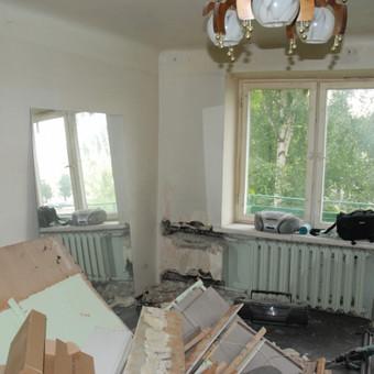 43 m2 butas Klaipėdoje remonto metu. Saliono kambario dalis. Šoninė siena ribojanti koridorių ir salioną buvo išgriauta. Tikslas - išdidinti vonią ir atidaryti priėjimą prie virtuvės.