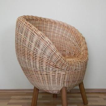 Patogus krėslas su medinėmis kojomis. Kaina 100€.