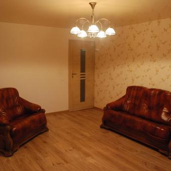 Vieno kambario pilnas remontas Debreceno g., Klaipėdoje. Atlikti darbai: elektros rozečių ir jungtukų permontavimas, langokraščių sutvarkymas, glaistymas, gruntavimas, tapetavimas, laminato ir apvadų klojimas.