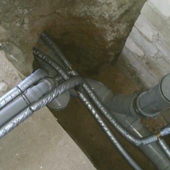 Keičiame pagrindinius vandentiekio, kanalizacijos ir šildymo sistemos stovus bei atsakas į butus