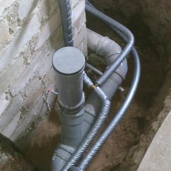 Keičiame pagrindinius vandentiekio, kanalizacijos stovus bei atsakas į butus.