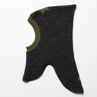 Huttelihut® vilnonė kepurė-šalmas (su pamušalu). Su šia kepure nebaisios ir pūgos! Išskirtinio dizaino ir unikalios konstrukcijos vilnonė kepurė patiems mylimiausiems!  Privalumai: Kepurė su švelniu medvilniniu veliūro pamušalu, negraužia veido. Šilta, kvėpuojanti, nepraleidžia vandens dėl dvigubo sluoksnio konstrukcijos. Nereikia šaliko, vaiko kaklas pilnai apsaugotas nuo šalčio ir vėjo. Labai patogi – lengva uždėti, nespaudžia, nevaržo judesių. Kepurė papuošta rankų darbo veltos vilnos gėlyte.  Medžiagos sudėtis: viršutinis sluoksnis – 80% vilna/20% poliesteris, vidinis sluoksnis – 80% medvilnė/20% poliesteris  Spalva: viršutinis sluoksnis -  šviesiai pilka, vidinis sluoksnis, apkantavimas ir gėlytė - alyvinė, dekoratyvinė juostelė - šviesiai pilka  Sutaupykite! Rekomenduojame rinktis kepurės dydį į didesniąją pusę, pavyzdžiui jeigu vaikučiui 3 metukai, rinkitės dydį 4-6 metai ir t.t. Vaikas kepurę nešios du sezonus.  Sukurta stilingiems vaikams. Danų prekės ženklas HUTTEliHUT®.