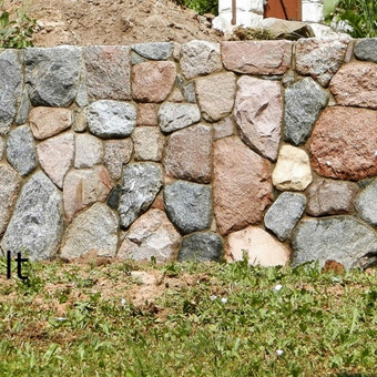 Siena iš skaldyto akmens