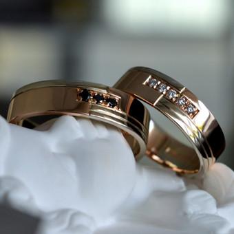 Vestuviniai žiedai su juodais ir skaidriais deimantais. Raudonas ir baltas auksas.