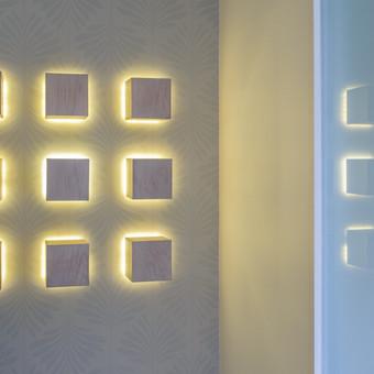 Medinių kubų dekoracija su apšvietimu. Apšvietimas įsijungia nuo judesio daviklio.