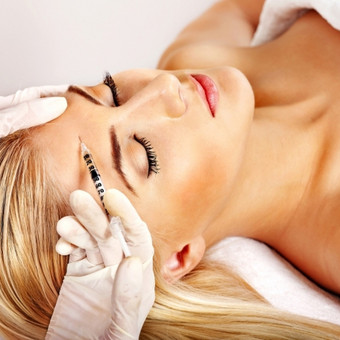 """Mezoterapija – unikali medicinos metodika, kurią pirmą kartą 1958 metais panaudojo prancūzų gydytojas Michel Pistor. Šiuo metu tai viena populiariausių medicininių procedūrų, kurią sėkmingai taiko kosmetologijos, estetinės medicinos specialistai. Mezoterpijos metu mikroinjekcijų pagalba į paviršinius ir vidurinius odos sluoksnius yra įvedamos biologiškai aktyvios medžiagos. Tokiu būdu oda efektyviai atjauninama, sprendžiamos įvairios jos problemos, gydomos ligos. Mezoterapija amžiaus esant: * probleminei odai - bėrimams; * celiulitui (hidrolipodistrofija); * nutukimui; * """"antram"""" pagurkliui; * """"išplaukusiam""""  veido ovalui; * maišeliams po akimis; * sausai, suglebusiai odai; * vystančiai odai; * raukšlėms; * kapiliarų tinklui (kuperozei); * randams po acne, po traumų; * hiperpigmentacijai; * lokalioms riebalų sankaupoms; * strijoms; * celiulito mažinimui; *plaukų slinkimui, nuplikimui, plaukų būklės gerinimui ir atstatymui."""
