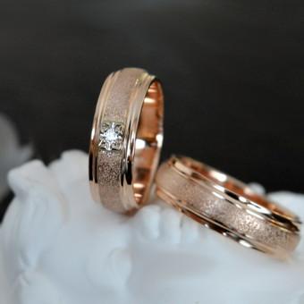 Vestuviniai kalinėti žiedai iš raudono aukso. Su deimantu.