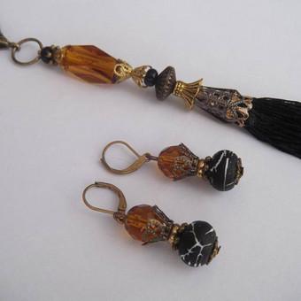 Komplektas ''Kutai''3 Kaklo papuošalas ''Kutai'': Čekiškas medaus spalvos stiklas, žalvario ir aukso spalvos detalės, siūlų kutai. Grandinėlės ilgis 68 cm. Pakabuko ilgis 17 cm, kutų ilgis ...