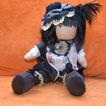 Lėlytė Choko (aušros vaikas) - tekančios saulės šalies mergytė, kurią kiekvienas svečias Jūsų namuose norės pamatyti. Padaryta naudojant pirmuosius tekančios saulės spindulius.  Kaina:  ...