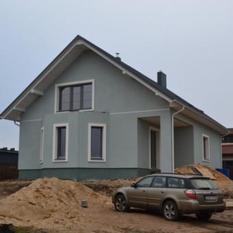 Fasado apdaila naudojant dekoratyvinius elementus.