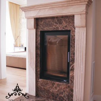 Židinys, deganti ugnis- jaukumo priduodanti detalė. Tačiau ji ne tik graži, bet ir funkcionali, ypač pereinamaisiai sezonais.  Šiame bute buvo pasirinktas netradicinis sprendimas- vertikali ka ...