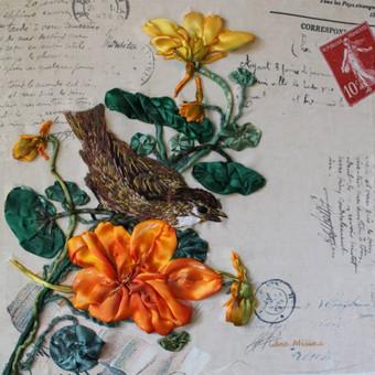 Remintas paveikslas, siuvinėtas juostelėmis ir vilna ant gobeleno. Akrilu tonuoti gėlės ir lapai . Ranku siuvinejimas Tikslus siuvinėjimo ir jo tonavimo pakartojimas yra neįmanomas, kiekvienas išsiuvinėtas paveikslas yra vienintelis.