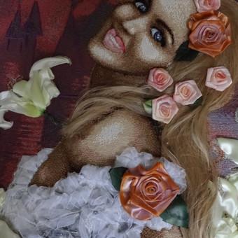 Sieninis paveikslas gobelenas. Reminta reprodukcija, siuvinėta juostelėmis ir siūlais ant gobeleno. Nuotaka, sakura ir lilijos. Siuvineta pagal uzsakyma. Paveikslas is privacios kolekcijos. Akrilu tonuotuos gėlės. Ranku siuvinejimas. Merginos šukuosena padaryta is natūralių plaukų.  Tikslus siuvinėjimo ir jo tonavimo pakartojimas yra neįmanomas, kiekvienas išsiuvinėtas paveikslas yra vienintelis.  Didys 100 x60 cm