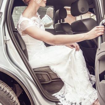 Nėrinių ir šilko Nuotakos suknelė.