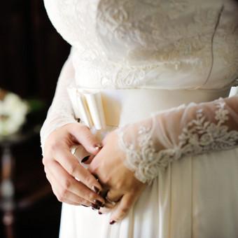 Siuvinėti nėriniai nuostabiai atrodo nuotraukose- ryškus raštas gali būti pagrindiniu suknelės akcentu.