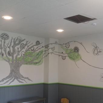 Sienų tapyba.  Medis doodlais. Meditatyvinis.  Piešta ant siernos markeriais.