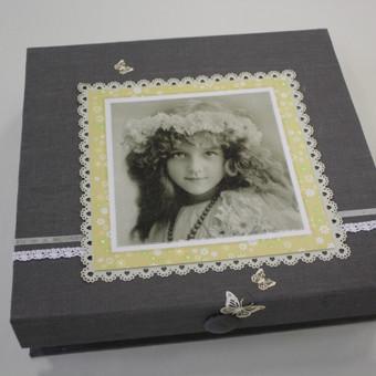 Dėžutė. Kartoninis karkasas. Dekoruota audiniu ir popieriumi.
