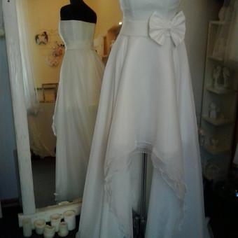 Vestuvine suknele transformeris.Trumpa, organzine  suknele,sijonas 4 sluoksniu:1 pagrindine medz.,3 organzos. Ant trumpos sukneles dedasi sijonas is 3 sluoksniu organzos, su ilgu sleifu. Sukneles akcentas- kaspinas.