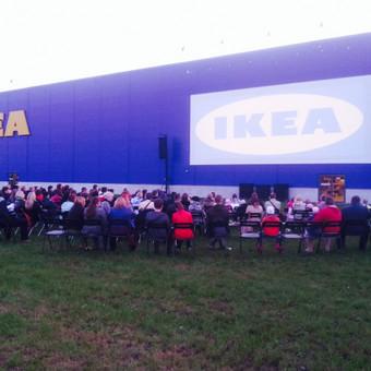 Kino vakaras prie IKEA parduotuvės