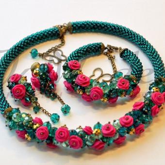 Originalus rinkinukas su rankų darbo modelino rožėmis, stiklo kristalų, čekiško biserio, žalvario spalvos detalės.