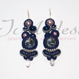 Puošnūs sutažo auskarai su swarovski perlais, swarovski kristalais, aukštos kokybės japonišku biseriu, filcas, natūrali oda. Auskarų užsegimai sidabriniai. Ilgis 7 ,5 cm.