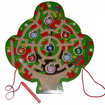 Žaislas Lavinamasis medinis labirintas Medelis 29 cm. skersmens su metaliniais rutuliukais ir dviem magnetinėmis valdymo lazdelėmis. Žaisti galima vienam, bet dviese su draugu, sesute ar broliuku ...