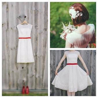 Vintažinė,labai prabangaus ,išskirtinio audinio trumpa suknelė. Apačia puošta nėriniu. Plaukų aksesuarams panaudoti suknelės audiniai ir nėriniai.
