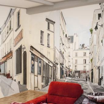 Interjero tapyba individualiame name. Įdomi istorija: prasidėjo darbas nuo vienos sienos. JiTapyta pagal visiškai išbaigtą tapybos pavyzdį. Atrodo gražiai galėjo taip ir likti, bet užsakovui kilo mintis pratęsti miestą sienose...o kaip tai padaryti, buvo mano užduotis.  Reikėjo susirasti to paties miesto fragmentą, o kompoziciškai tiko tik tas, kurio nuotrauka buvo naktinė. Taigi, teko taikyti ne tik stilių prie pirmosios nuotraukos, bet ir imituoti tą patį apšvietimą per abi sienas. Galutiniu rezultatu esu labai patenkinta, tik atsiprašau už nuotraukų kokybę, kadangi darytos vakare, todėl neatsiskleidžia visos spalvos.